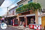 GriechenlandWeb.de De bakker van Skala Eressos met daarnaast een minimarket - Foto GriechenlandWeb.de