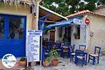 GriechenlandWeb.de Blauwe tafeltjes und stoelen een echte souvlakitent in Skala Eressos - Foto GriechenlandWeb.de