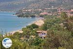 GriechenlandWeb Het Strandt van Kampos (Votsalakia) liegt in een groenrijke omgeving - Insel Samos - Foto GriechenlandWeb.de
