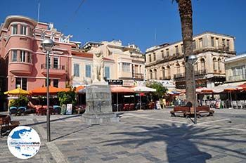 Plein Samos Stadt, in het midden de leeuw - Insel Samos - Foto von GriechenlandWeb.de